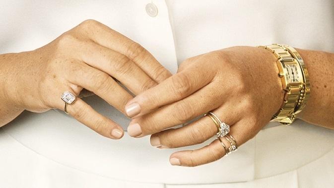 Meghan preferuje veľmi decentné šperky.