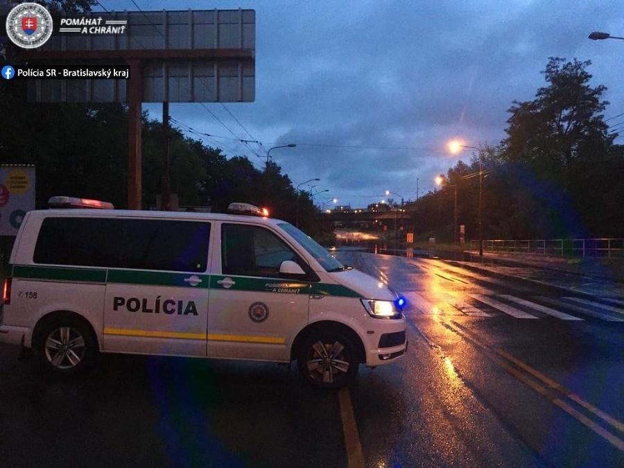 V Bratislave na Gagarinovej ulici zaplavilo podjazd,úsek je neprejazdný.