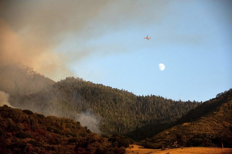 Približne 500 hasičov bojovalo aj vo štvrtok s dvoma požiarmi v oblasti Giant Forest.