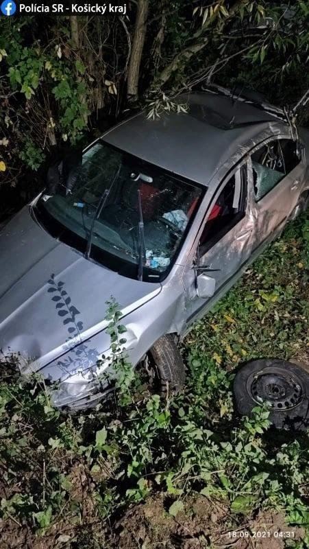 Pri nehode muž z vozidla vypadol a ostal zakliesnený pod vozidlom.