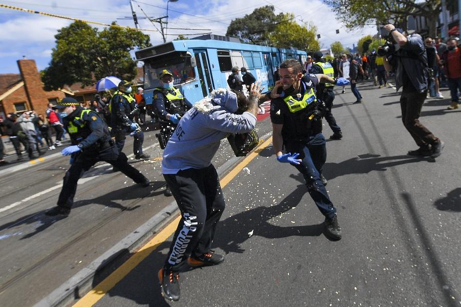 Na proteste v Melbourne, ktorý bol porušením zákazu vychádzania, sa zúčastnilo asi 700 ľudí.