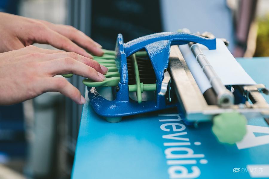 Vďaka Bielej pastelke sa nevidiaci učia písať na stroji na Braillovo písmo.