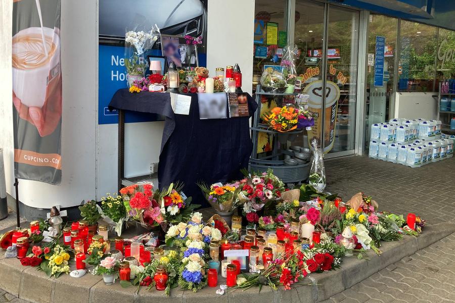 Sviečky a kvety sú pred čerpacou stanicou v meste Idar-Oberstein.