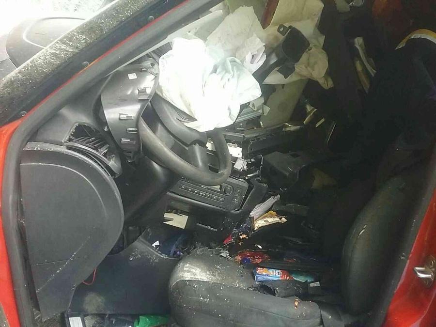 Zasahujúci hasiči zranenú osobu z vozidla vyslobodili.