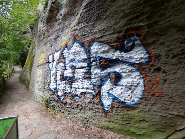 Vandal posprejoval pieskovcovú skalu v Národnom parku České Švýcarsko.