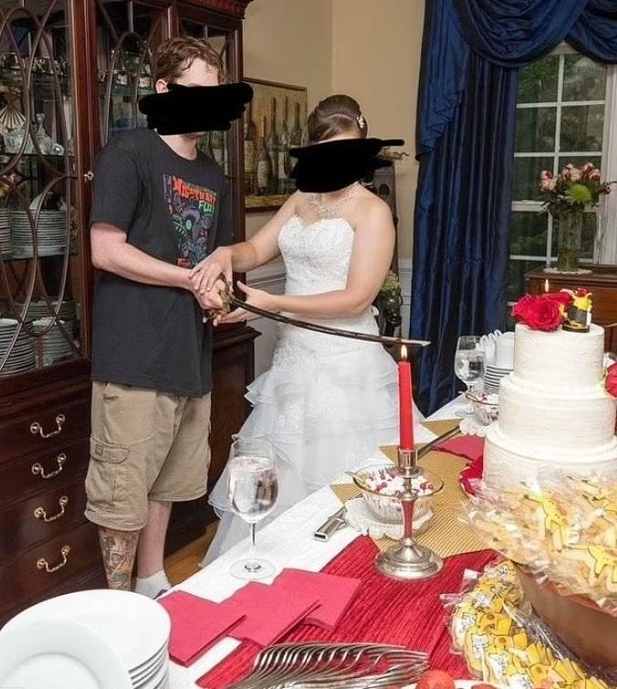 Ženích si zvolil na svadbu pomerne netradičný outfit.