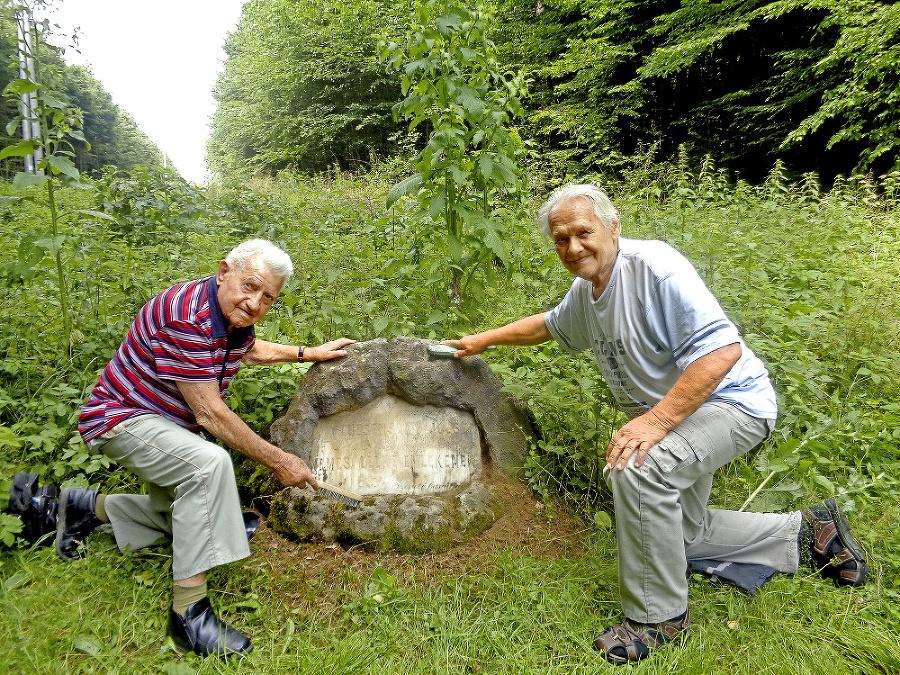 Na čistení pamätníka a okolia sa podieľal Ján (101) s kamarátom Pavlom (82).
