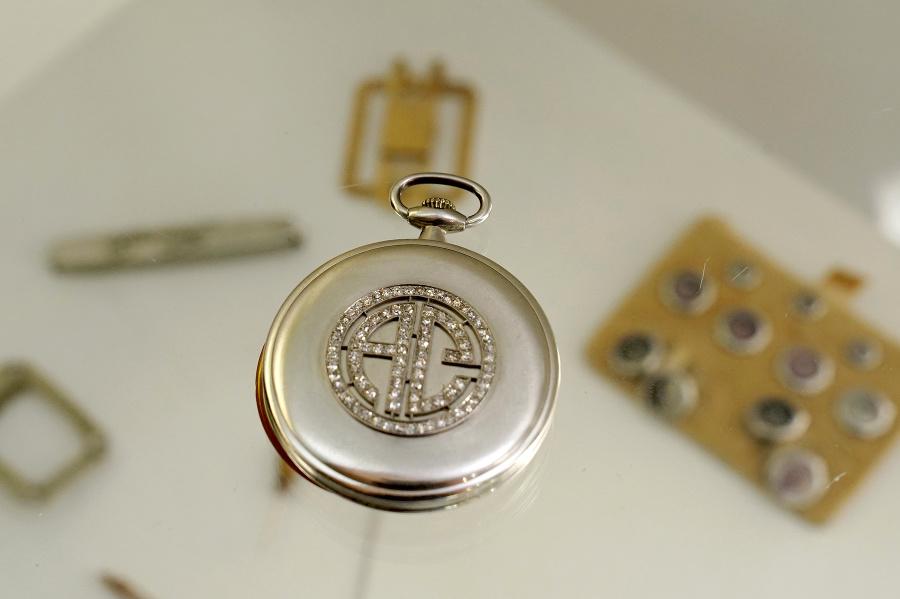 Vreckové hodinky patrili obávanému mafiánovi, majú jeho iniciály.