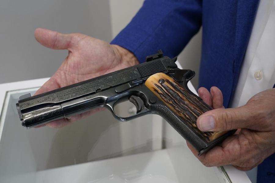 Poloautomatická pištoľ kalibru 11,4 mm,