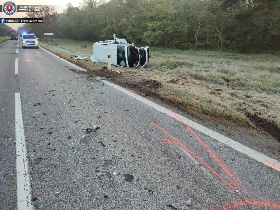 Pri nehode sa zranili traja ľudia, k zraneniu osôb cestujúcich v autobuse nedošlo.