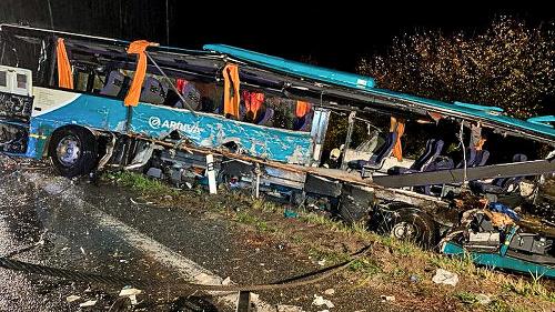 Takto totálne zdemolovány autobus