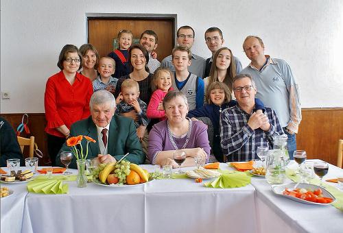 Celá Jánova rodina drží