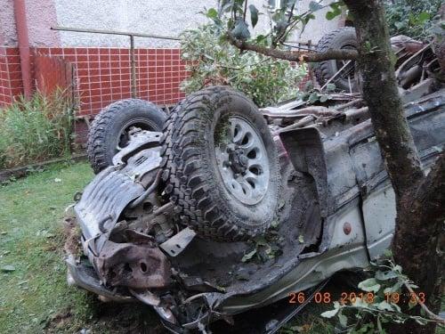 Auto skončilo na pozemku