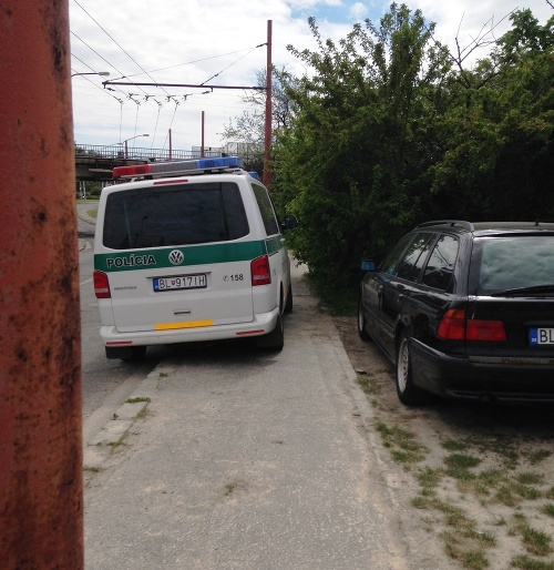Vďaka odstavenému policajnému autu