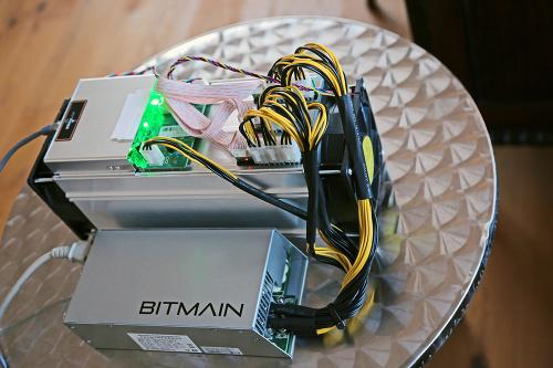 Ťaženie alebo dolovanie bitcoinov