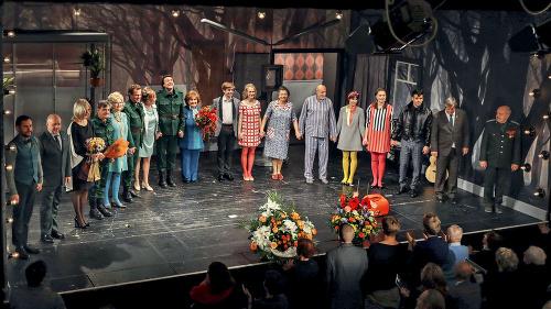 V divadle herec (