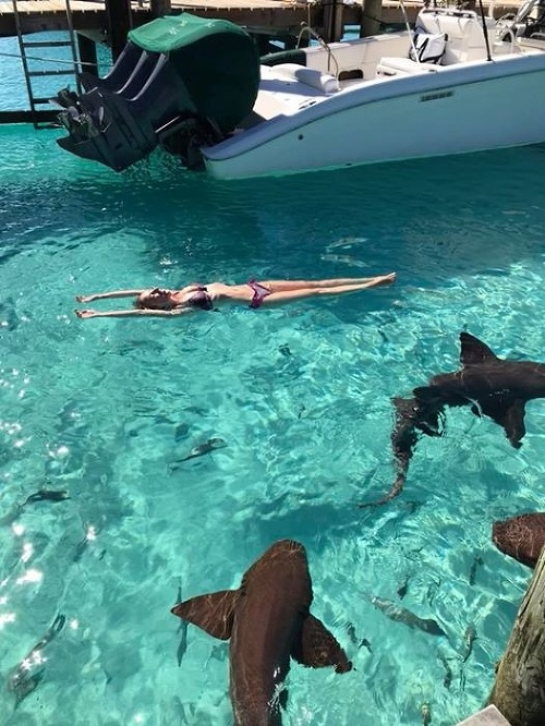 Sarah v bazéne so