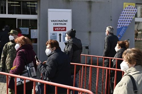 Ľudia prichádzajú na očkovanie