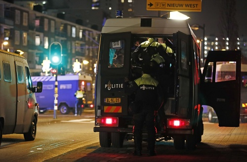 Policajti blokujú cestu počas