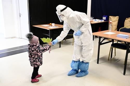 Dievčatko podáva list zdravotníčke