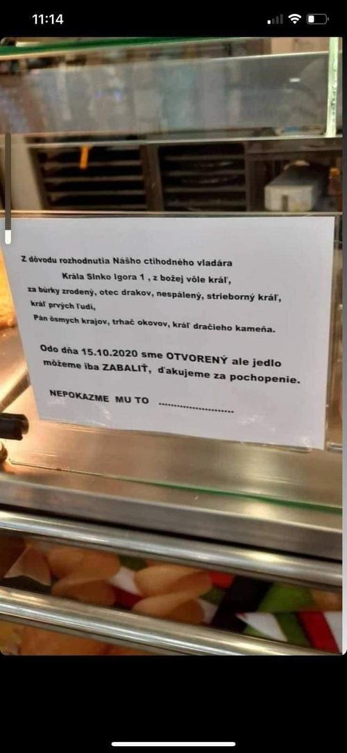 Majiteľov reštaurácii humor neopúšťa.