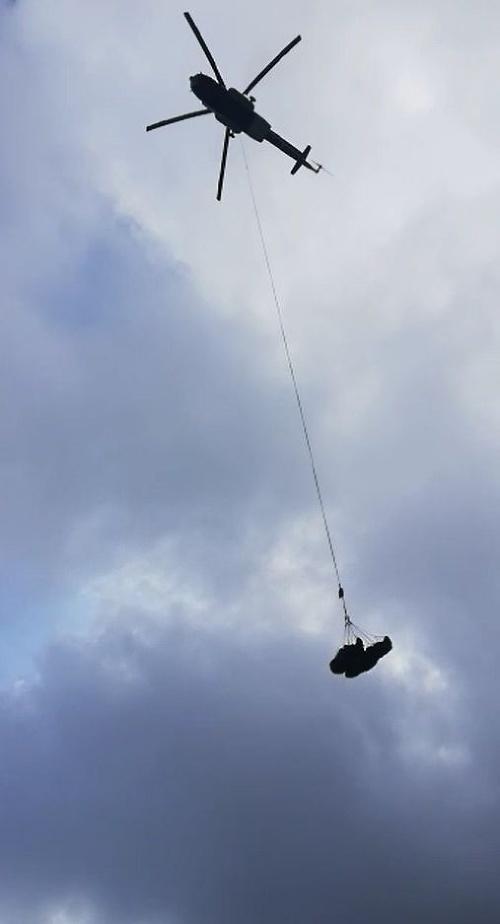 Telá museli zniesť vrtuľníkom
