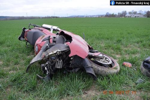Motorka skončila mimo cesty.