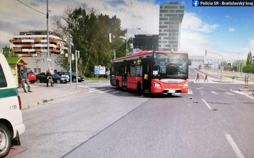 V Petržalke zrazil autobus