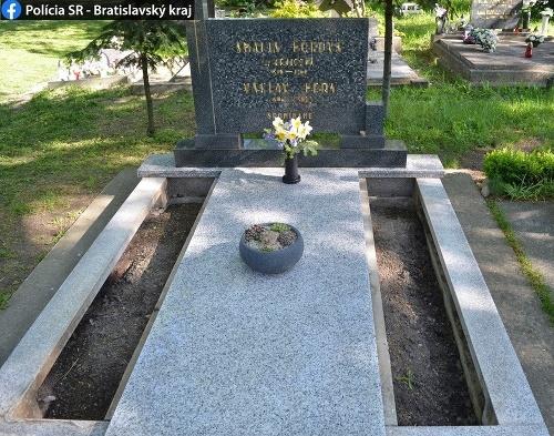 Páchateľ ukradol náhrobné platne.