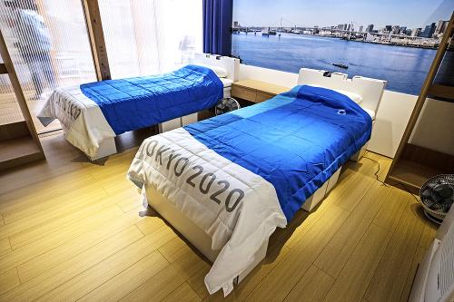 Kartónové postele sú špecialitou