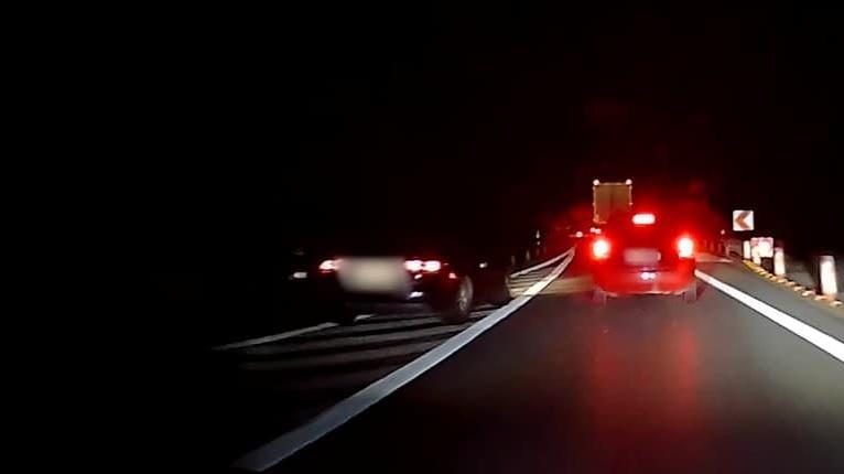 Na toto je každá pokuta prinízka: Otrasné, čo stváral vodič v čiernom aute pri Žiline!
