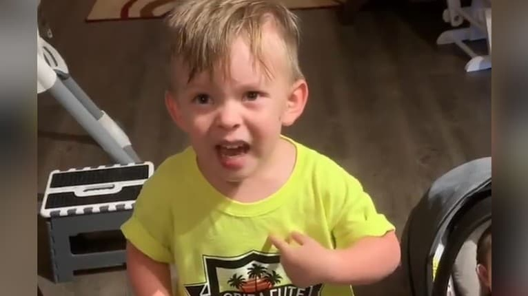 Dvojročného Alexandra vytočila mama k nepríčetnosti: Pozrite si dôvod zábavnej reakcie malého chlapčeka