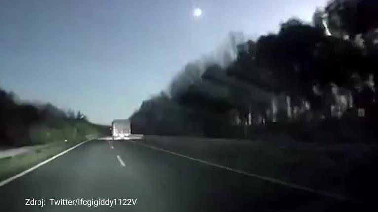 Autokamera v Číne zachytila neznámy padajúci objekt: Žiariaci úlomok neba