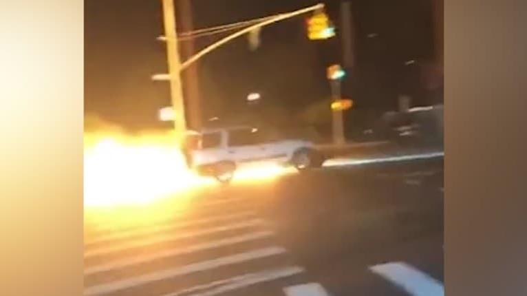 V Bronxe sa dejú naozaj zvláštne udalosti: Ulice New Yorku pohltili plamene, môže za to šialený vodič