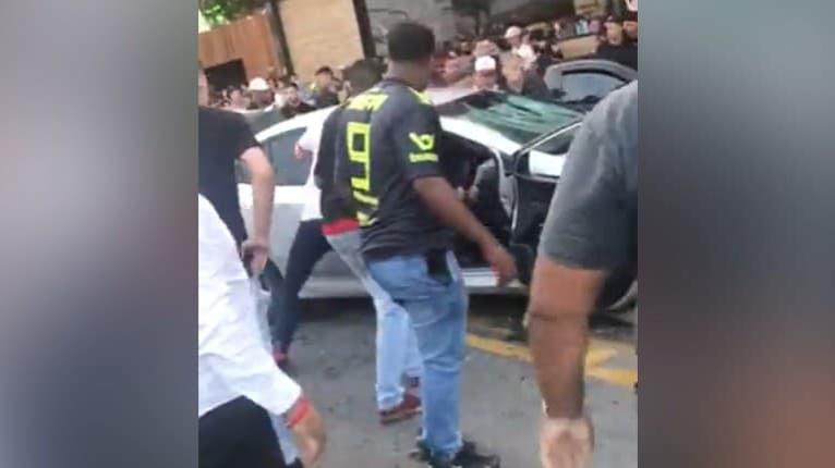 Rozhnevaný dav začal demolovať auto: Dôvod nemilosrdnej pomsty by rozčúlil aj vás