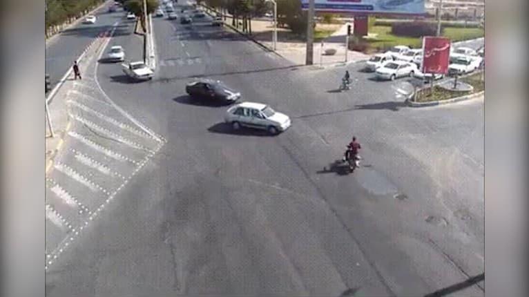 Desivá zrážka auta s motorkárom: Muža vymrštilo do vzduchu, po hrozivom salte urobil nečakanú vec