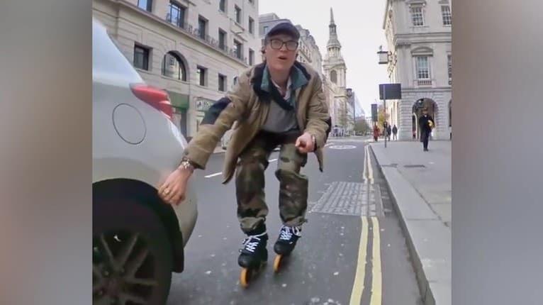 Frajer sa nakrúcal pri zbesilej jazde na korčuliach: Vydržte do konca, toto sa nemalo stať!