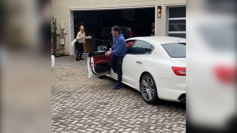 Reakcia na nezaplatenie: Syn kúpil mame jej vysnívané auto, na túto odmenu mal pádny dôvod