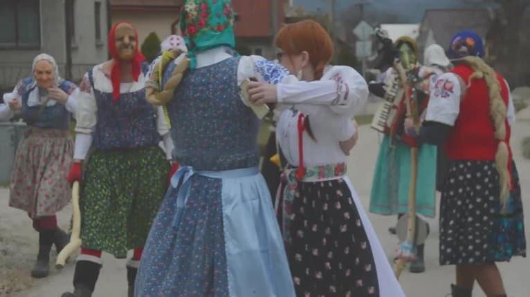 Divoká fašiangová zábava mužov z Ďurčinej: Čo vyparatia prezlečení za baby, sa len tak nevidí