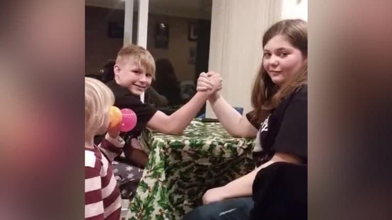 11-ročné dievča zosmiešnilo svojho 13-ročného bratranca: Pretlačila ho ako nič