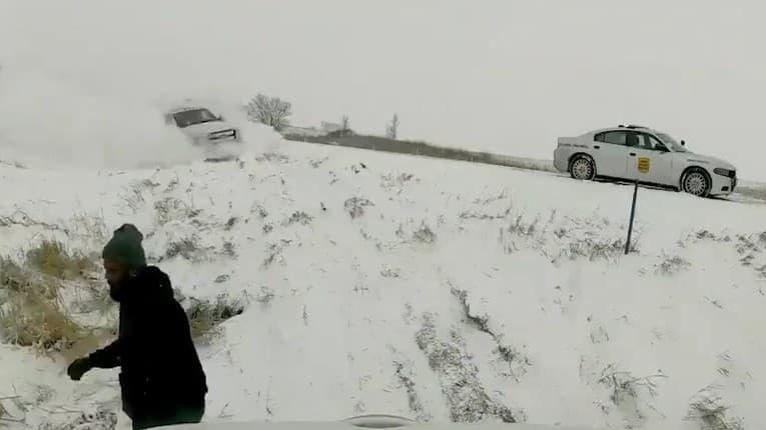Katastrofe unikol len o chlp: Muž sa len tak-tak stihol vyhnúť rútiacemu sa autu