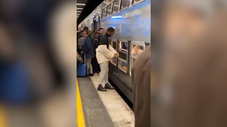 Chcel vo vlaku sedieť a nemal trpezlivosť čakať, kým ľudia nastúpia: Sledujte, ako muž vošiel dnu