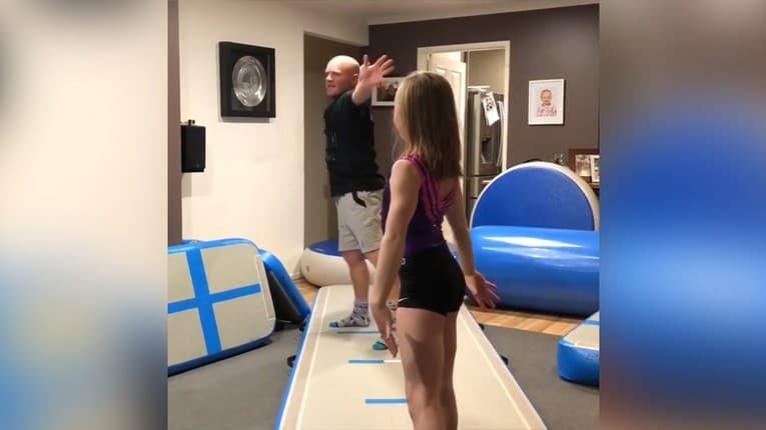 Mladá gymnastka má najlepšieho otca na svete: Rozosmeje vás, čo robí len preto, aby ju podporil