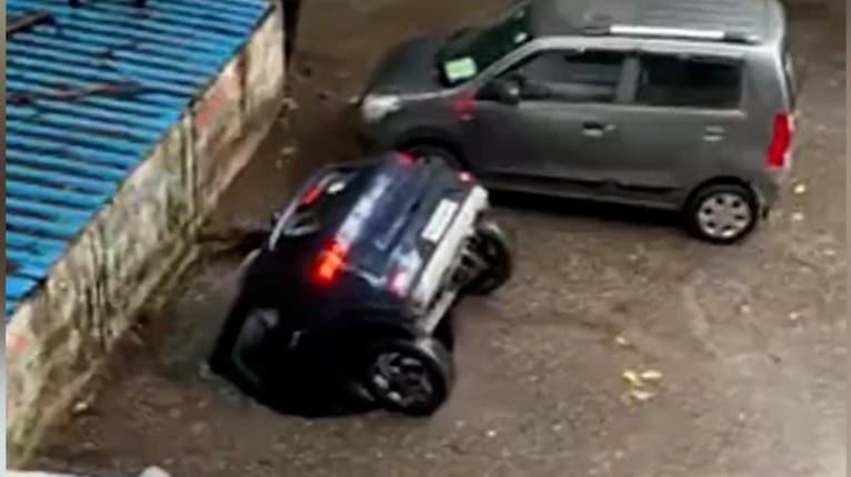 Netušil, že sa niečo také môže stať: Na parkovisku sa prepadla zem, po aute nezostalo ani stopy