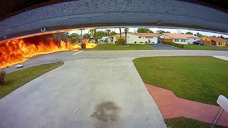 Príšerný záber z bezpečnostnej kamery: Tragický pád lietadla na auto si vyžiadalo obete