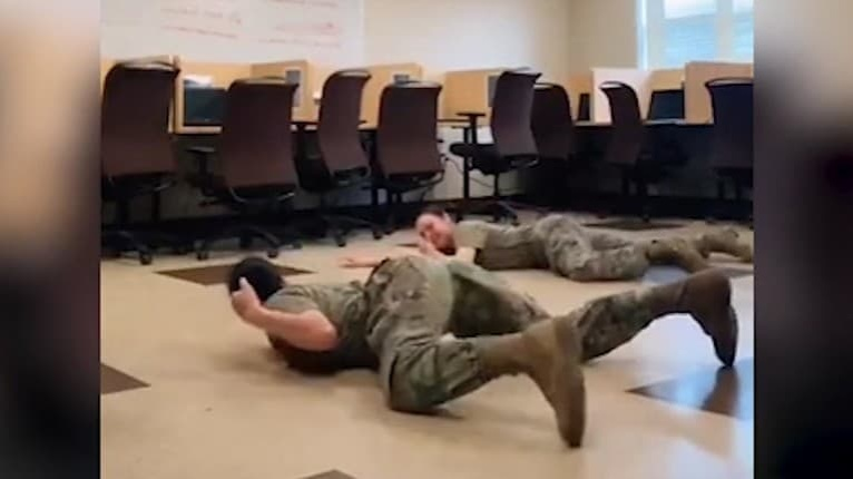 Vojenská komunita je pobúrená: Dve vojačky si v uniforme zatancovali na novodobú sexuálnu hymnu