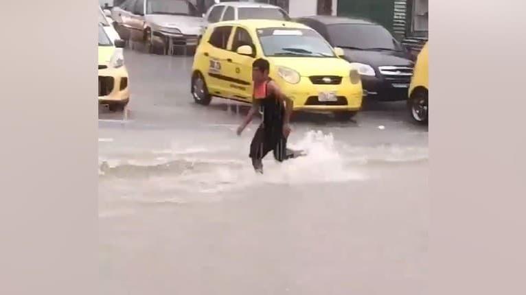 Kým iní nadávajú, on si záplavy užíva: Pobaví vás, čo urobil tento muž, keď zbadal vodu valiacu sa ulicou