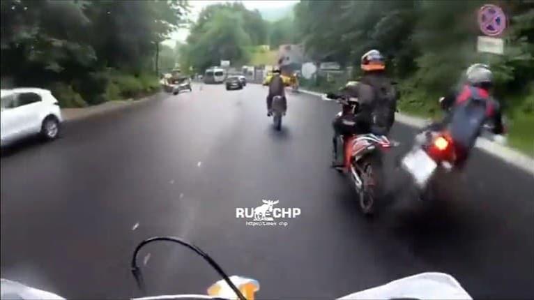 Vodič motorky podcenil mokrú cestu: Pri šmyku zobral so sebou aj koňa