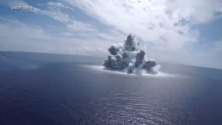 Test odolnosti lode: US Navy odpálilo bombu pod hladinou oceánu