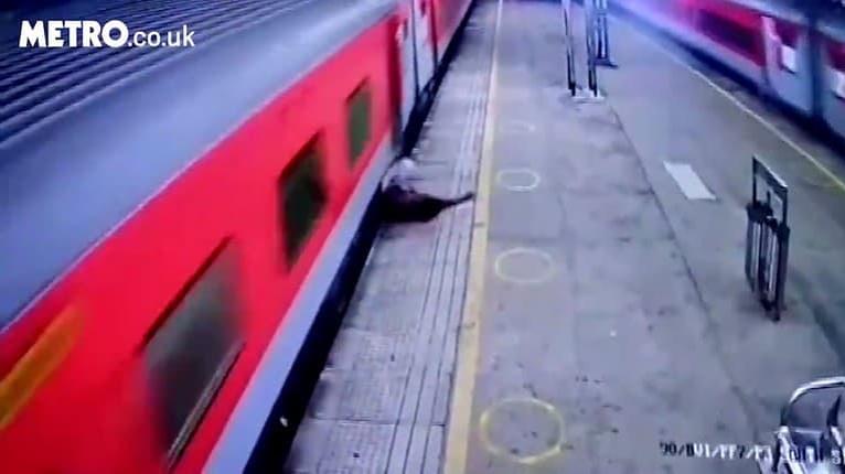 To bolo o chlp! Muž vypadol z rozbehnutého vlaku, do bezpečia ho odtiahol policajt